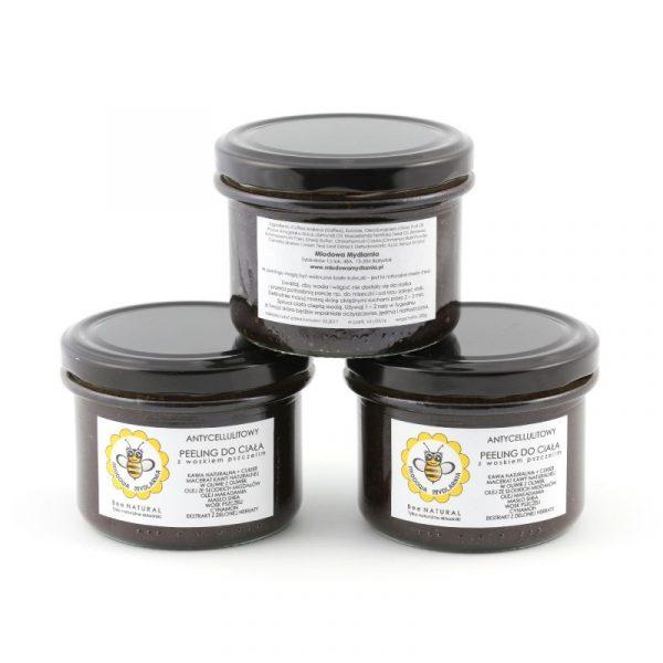 Antycellulitowy peeling kawowy z woskiem pszczelim z olejem makadamia, cynamonem i ekstraktem z zielonej herbaty. Miodowa Mydlarnia.