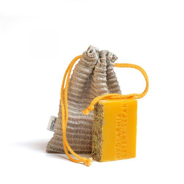 Woreczek na mydło lub szampon w kostce to idealna opcja dla tych, którym nie do końca po drodze z mydelniczkami pod prysznicem i szukają wygodniejszej metody przechowywania mydła lub szamponu w kostce.
