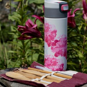 Zestaw w stylu zero waste: kubek termiczny Kambukka i sztućce bambusowe marki Bambaw