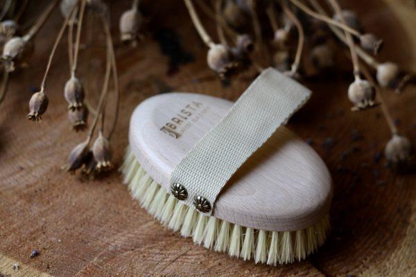 Szczotka do masażu ciała na sucho i mokro marki Brista z naturalnego włókna agawy i drewna bukowego. Ujędrnia skórę, pomaga pozbyć się cellulitu.