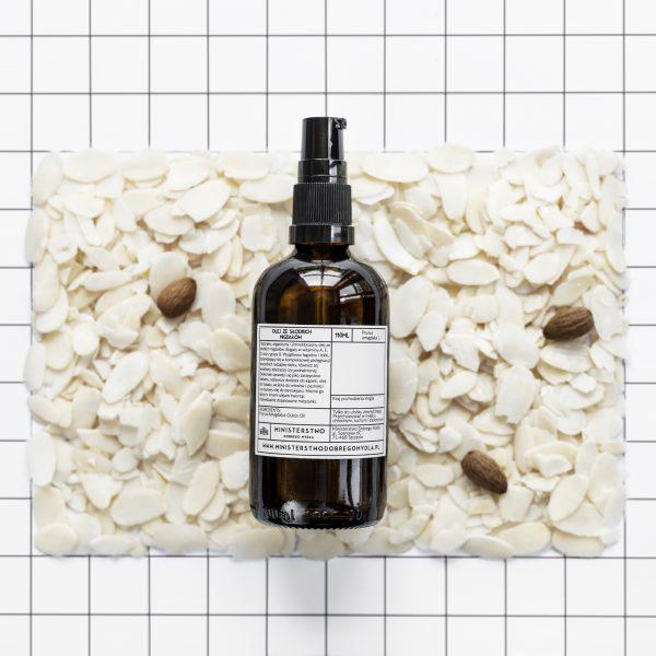 Zimnotłoczony, organiczny i nierafinowany olej ze słodkich migdałów. Pachnie delikatnie.