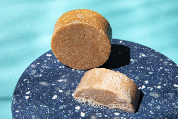 Uniwersalny szampon w kostce na bazie roślinnych składników idealny do codziennego stosowania - Mydlarnia Cztery Szpaki